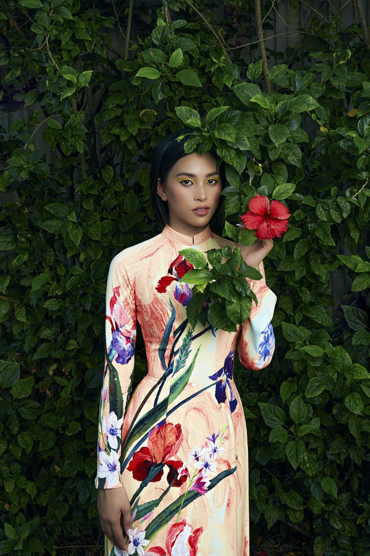 Thay vì chọn tông trang điểm nhẹ nhàng, nàng hậu đã sử dụng tạo khối sắc sảo cùng màu mắt nổi bật như vàng, hồng… để tạo nên sự đồng điệu cùng trang phục.