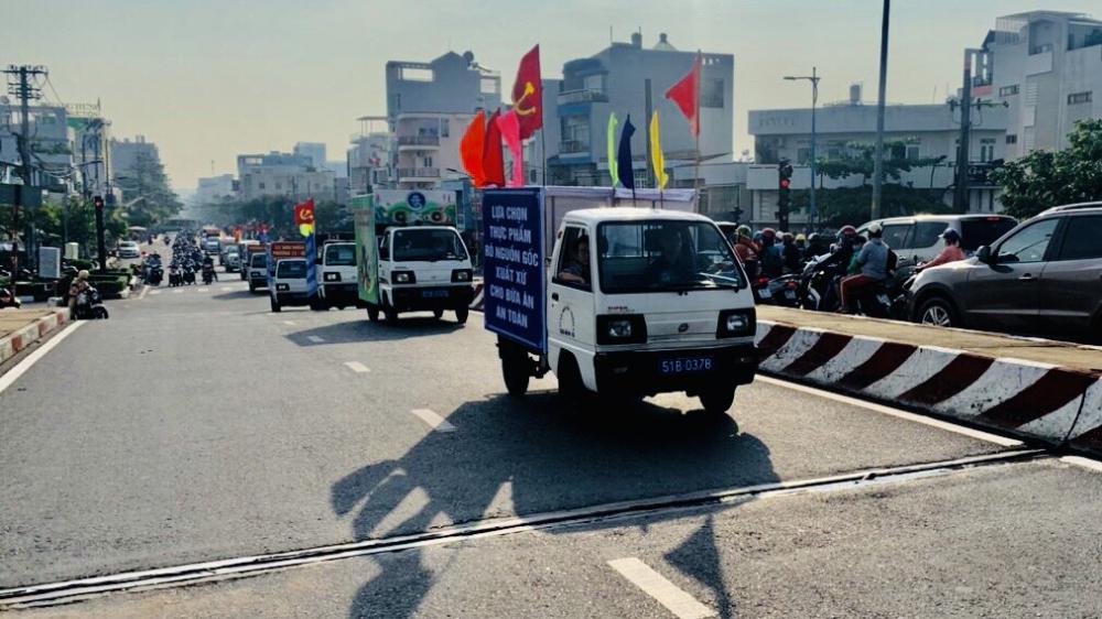 Xe  diễu  hành  qua  khu  vực  quận  6, TPHCM. Ảnhh: Ban  ATTP