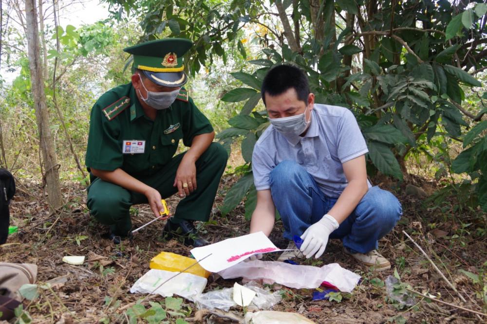 Lực lượng biên phòng Quảng Trị đang thống kê số ma túy do 2 đối tượng bỏ chạy để lại