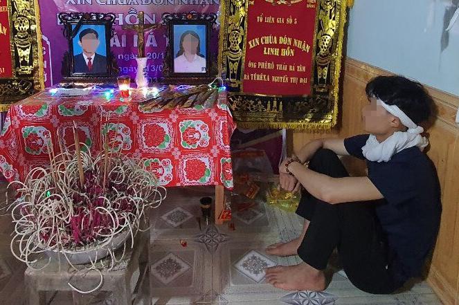 Con trai ông T. ngồi thẫn thờ trước di ảnh bố mẹ