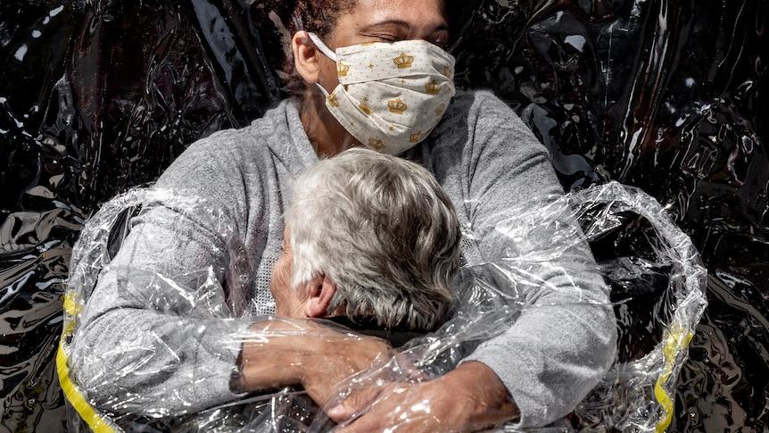Bức ảnh Báo chí Thế giới của năm cho thấy Rosa Luzia Lunardi được y tá Adriana Silva da Costa Souza ở Sao Paulo, Brazil ôm hôn.