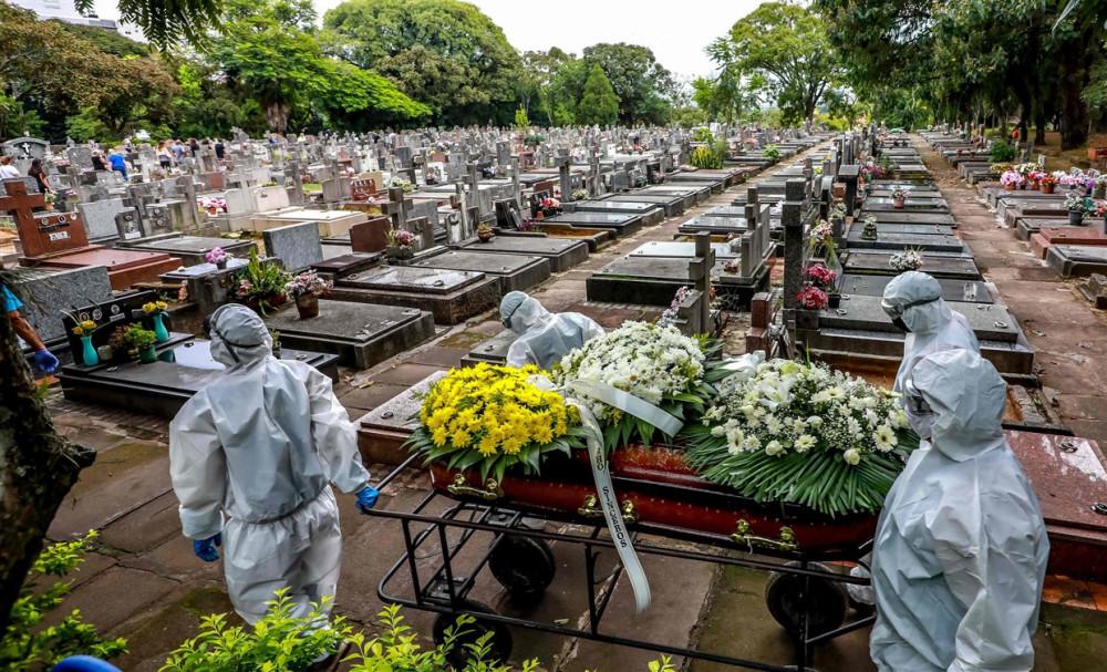 Nhân viên nghĩa trang khiêng quan tài trong lễ chôn cất một nạn nhân của Covid-19 tại nghĩa trang thành phố Sao Joao ở Porto Alegre, Brazil