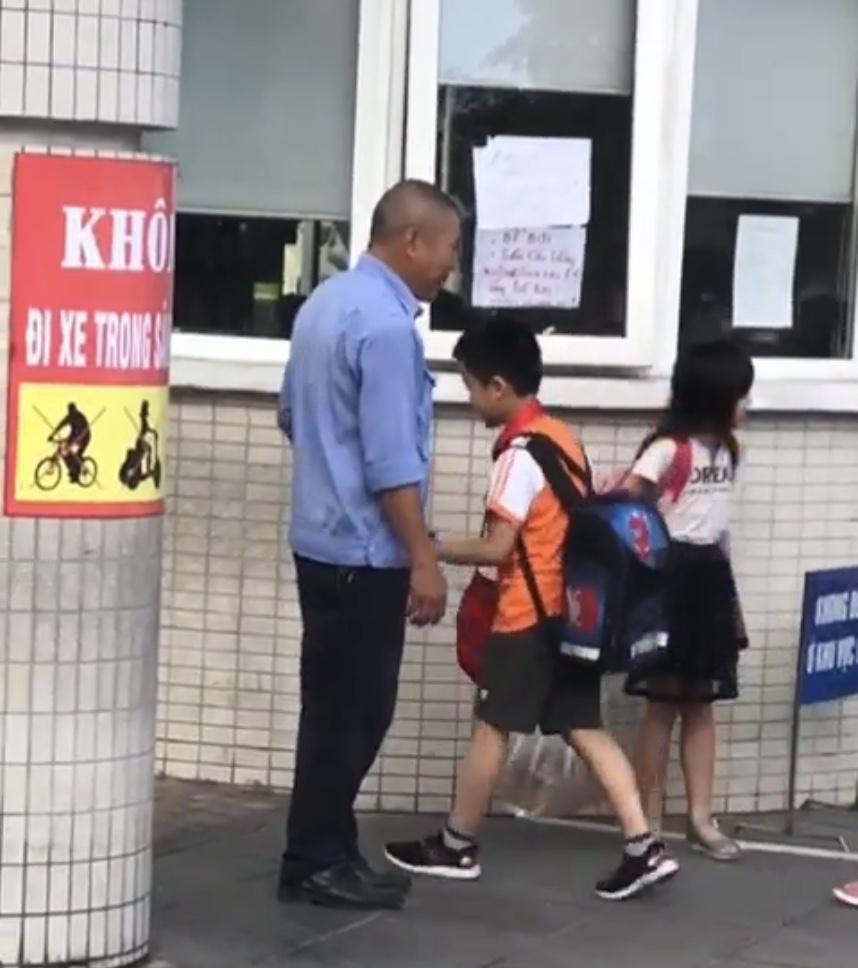 Hình ảnh đẹp - đập tay chào nhau giữa người bảo vệ và học sinh Trường tiểu học Dịch Vọng B (Cầu Giấy, Hà Nội) được nhiều người khen ngợi
