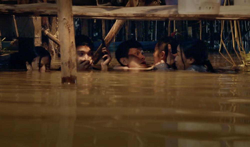 Cảnh quay giữa đêm dưới sống của các diễn viên trong cuộc truy đuổi.