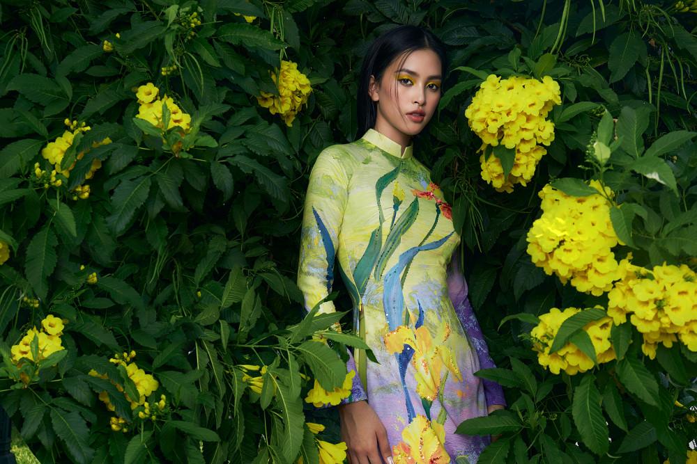 Bên cạnh những bộ cánh quyến rũ, Hoa hậu Tiểu Vy thường xuyên lựa chọn áo dài trong các sự kiện quan trọng giúp nàng hậu vừa tôn lên sắc vóc mảnh mai nhưng cũng không kém phần nền nã.