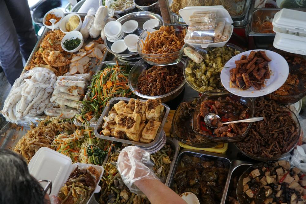 12 món thập cẩm ăn với cơm và nhiều món bún, miếng, bánh ướt chay được bày bán tại quán ăn của cô Út