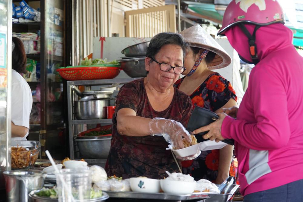 Cô Út và các thành viên trong gia đình cufnh nhau hỗ trợ, duy trì quán cơm