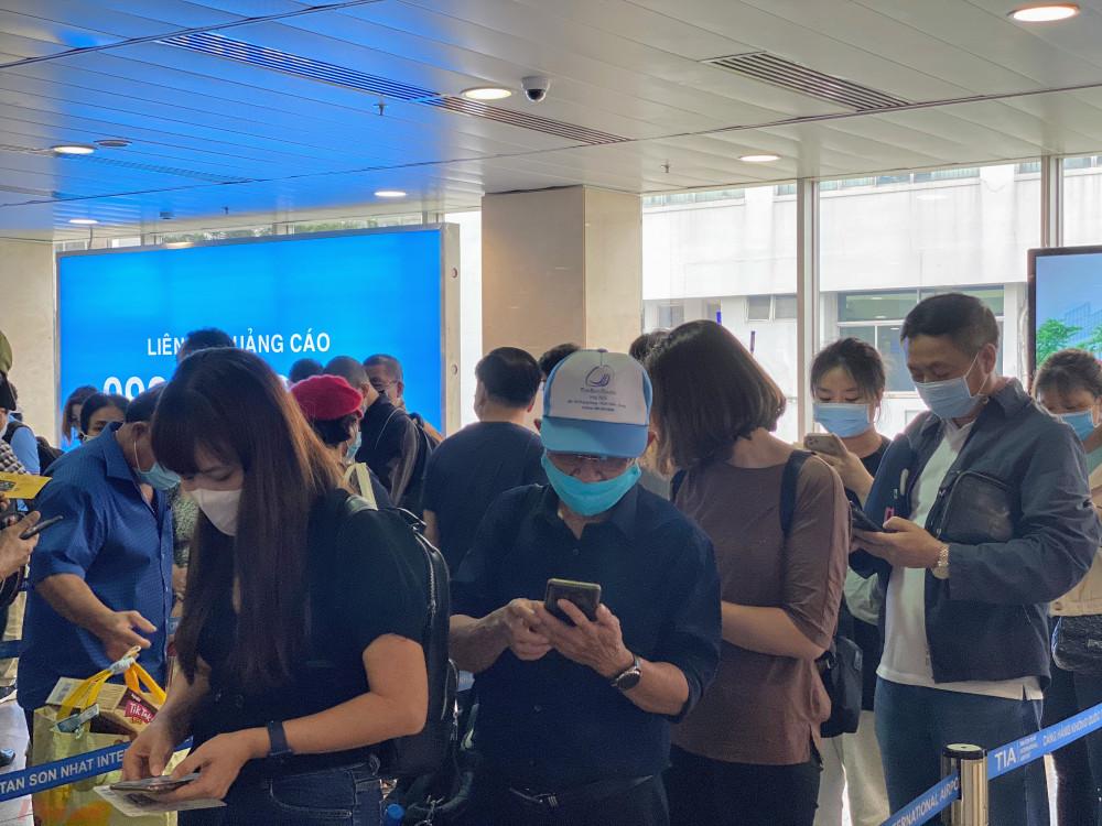 Một hành khách có hành trình từ TPHCM - Hà Nội sáng nay cho hay, mặc dù đã được thông báo trước đó của hãng bay là đến sớm hơn 2 tiếng để check-in nhưng người này vẫn phải chờ hơn 30 phút làm thủ