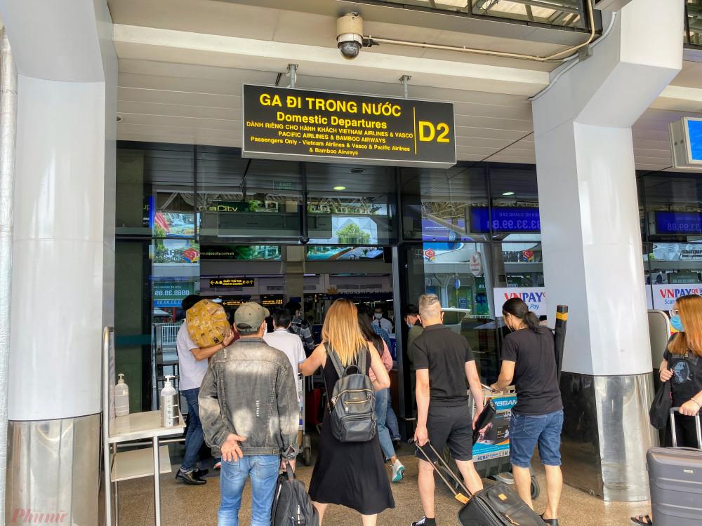 Lối vào ga đi trong nước khách vẫn khá đông. Tuy nhiên, Cảng chỉ mở một cửa vào chung cho các hàng bay, còn Vietjet Air có cửa vào riêng.