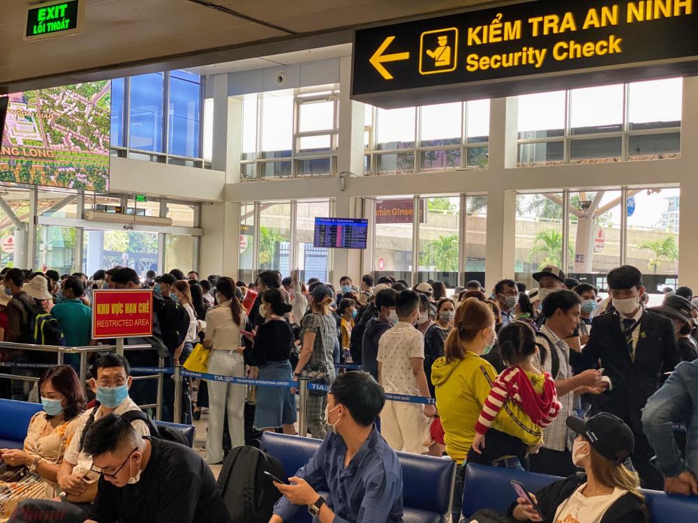 Khu vực soi chiếu an ninh của Vietjet Air cũng rất đông khách xếp hàng chờ.