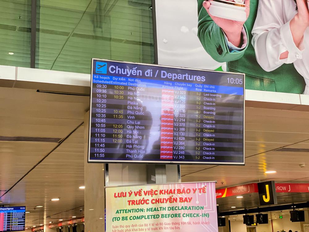 Nhiều chuyến bay bị chậm, Việc xếp hàng dài ở khu vực soi chiếu an ninh khiến một số hành khách bị trễ chuyến bay. Nhân viên một hãng hàng không xác nhận trong buổi sáng có khoảng chục chuyến bay bị trễ chuyến do hành khách xếp hàng chờ làm thủ tục, một số chuyến bay khác bị chậm do ảnh hưởng dây chuyền…