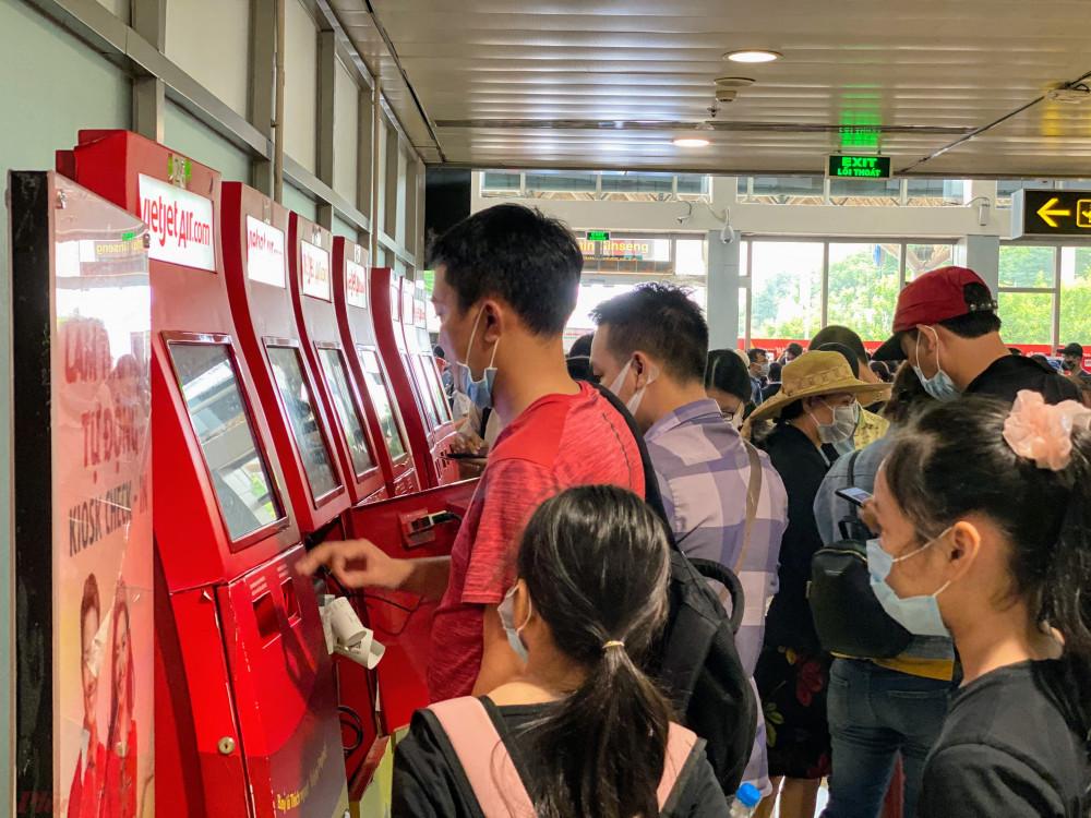 Nhiều trụ in vé tự động đối với hành khách không ký gửi hành lý gần như hoạt động hết công suất.