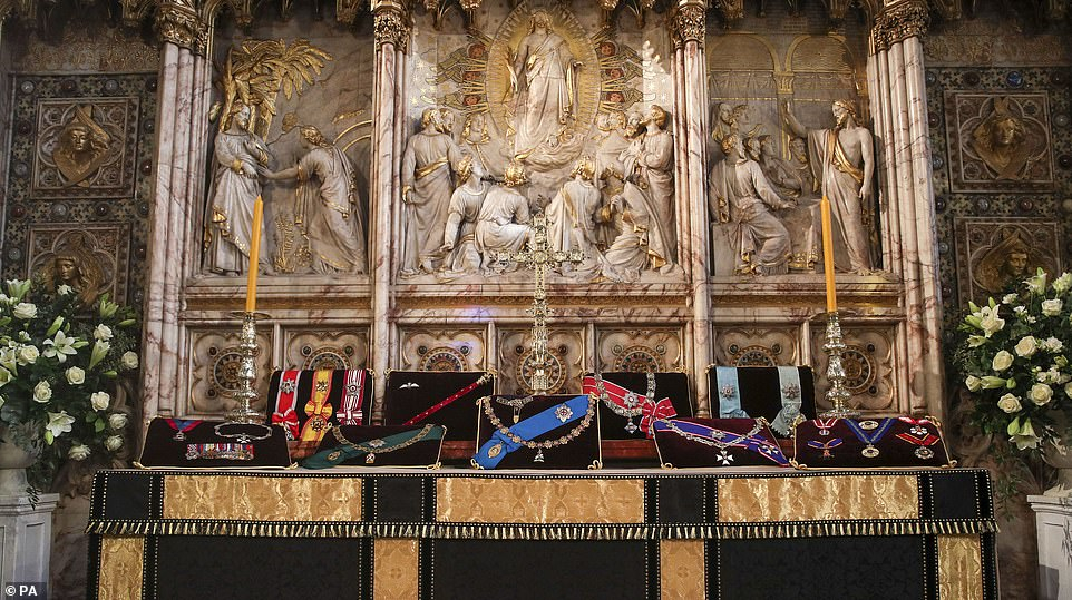 Bàn thờ bên trong nhà nguyện đặt phù hiệu của Công tước, chiếc gậy của Thống chế, huy hiệu đôi cánh của RAF (Không quân Hoàng gia) và các đồ trang trí từ Đan Mạch và Hy Lạp