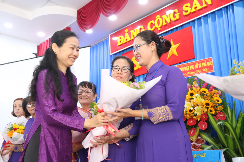 Bà Lâm Thị Ngọc Hoa - Phó chủ tịch thường trực Hội LHPN TP.HCM - tặng hoa chúc mừng Ban Chấp hành Hội LHPN phường Phú HỮU nhiệm kỳ 2021 - 2026 vừa được đại hội bầu ra.