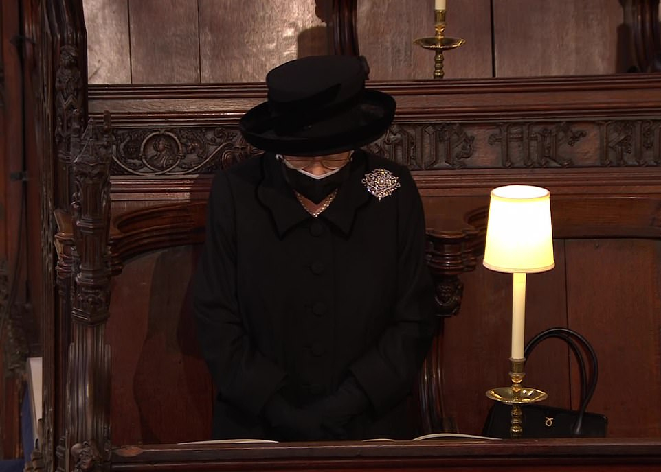 Nữ hoàng cúi đầu tưởng nhớ Hoàng thân Philip khi tiếng đại bác vang lên bên ngoài