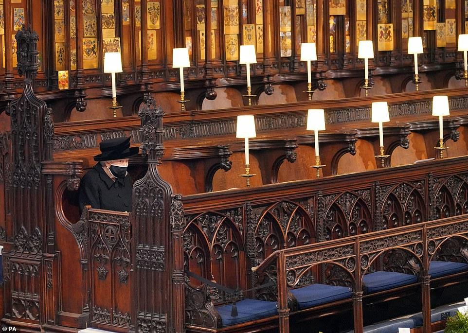 Nữ hoàng ngồi lặng lẽ một mình tại một phái của nhà nguyện trong tang lễ hoàng thân Philip