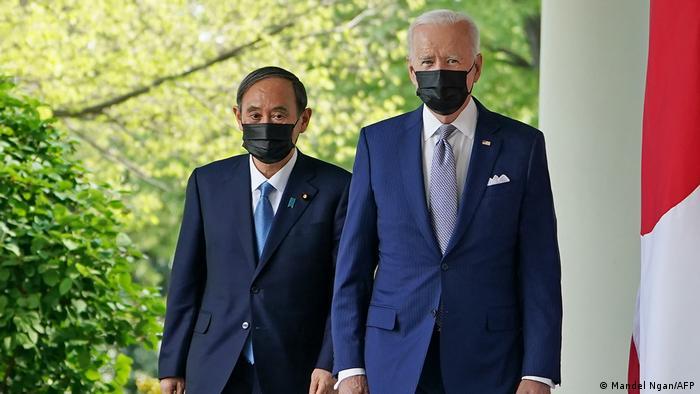 Khi gặp nhau, cả hai nhà lãnh đạo đều đeo khẩu trang phù hợp với quy định về phòng chống COVID-19 - Ảnh: AP