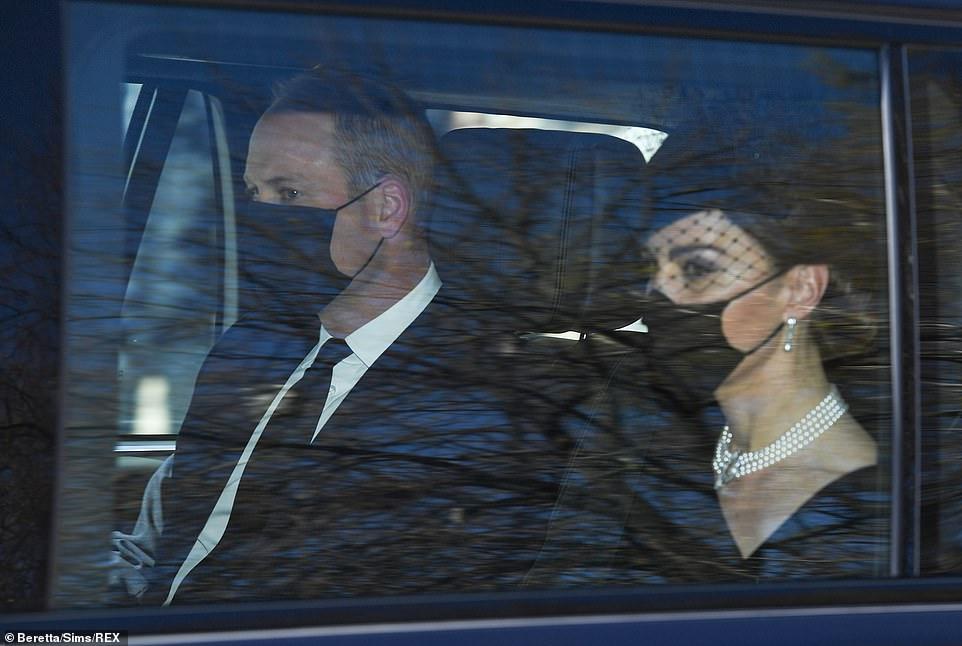 Hoàng tử William và Công nương Kate đến lễ tang