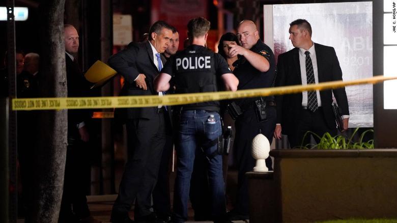 Các nhà điều tra bên ngoài một tòa nhà văn phòng nơi xảy ra vụ xả súng hôm 31/3 ở Orange, California.