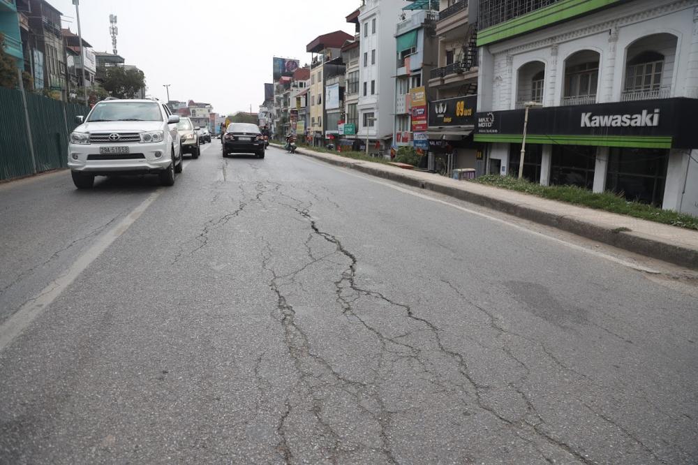 Những vết nứt nằm giữa đường kéo dài hàng trăm mét