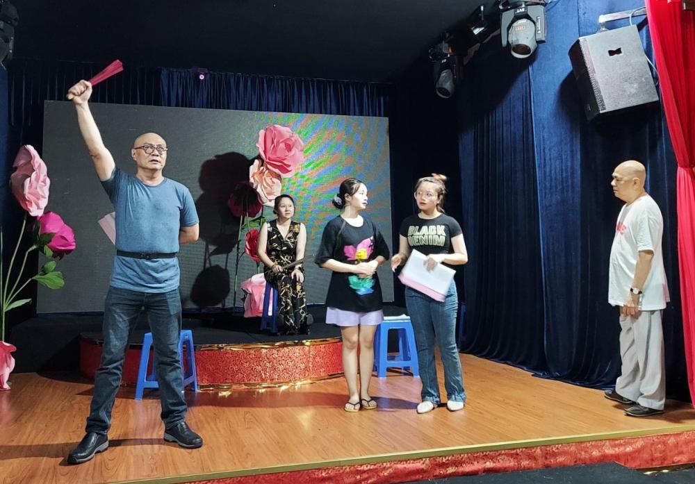 Cả 3 thế hệ gia tộc Minh Tơ trên sàn tập vở cải lương Lưu Bị cầu hôn giang tả công diễn tối 1/5.