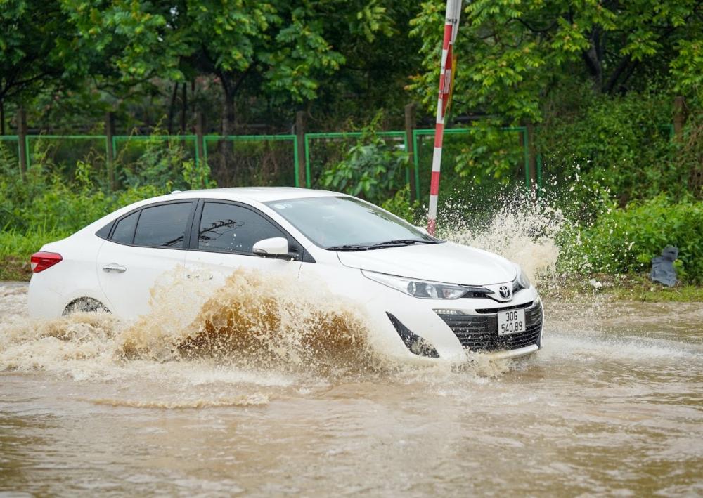 xung quang những chiếc xe toàn là nước