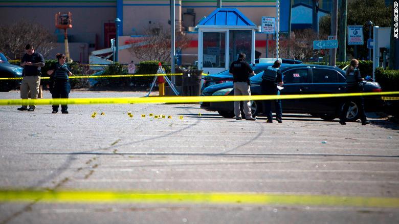 Cảnh sát Virginia Beach đang làm việc tại hiện trường vụ nổ súng xảy ra đêm hôm trước.