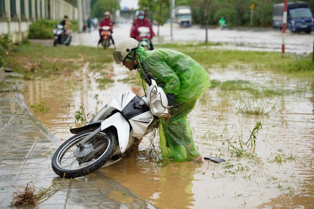 Việc ngập sâu như vậy gây luôn rình rập rủi ro mất an toàn cho người tham gia giao thông