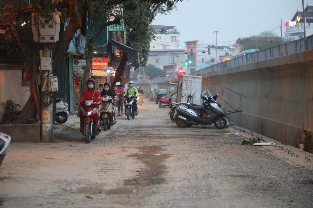 đường dân sinh 5m phía trong do thi công dự án đường bị lún xuống, trời mưa thì bùn lầy trơn trượt, trời nắng thì khói bụi mù mịt, dân đi lại tắc nghẽn
