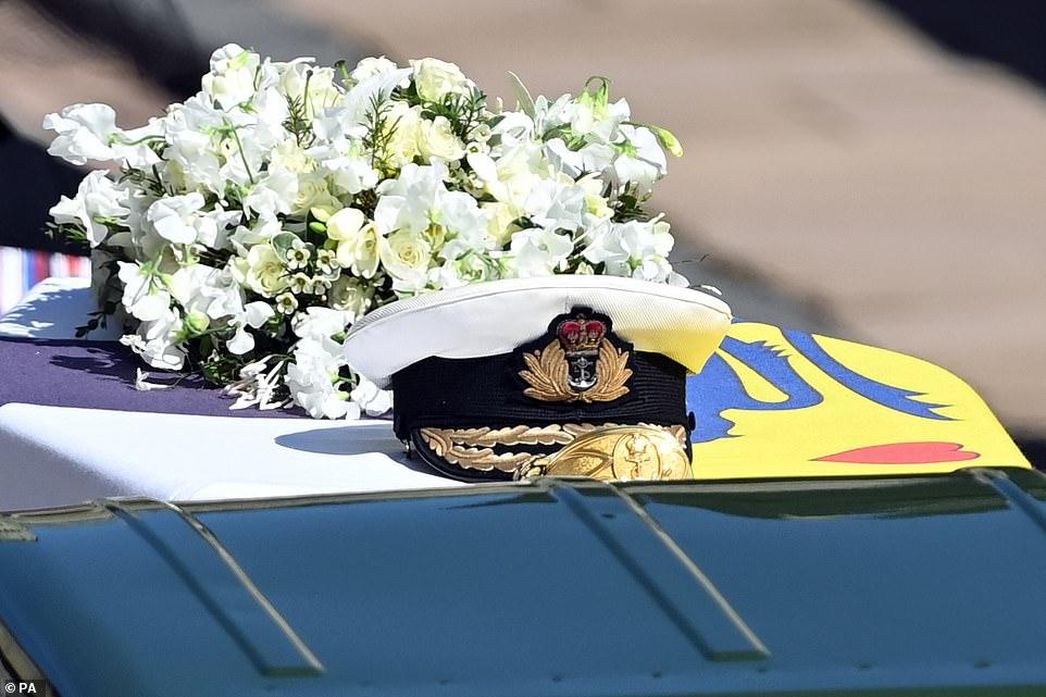 Chiếc quan tài của Hoàng thân Philip trang trí bằng thanh kiếm, mũ hải quân và vòng hoa