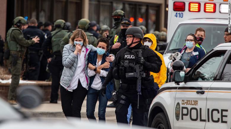 Hiện trường vụ xả súng làm thiệt mạng 10 người ở cửa hàng tạp hóa King Soopers ở Boulder, Colorado