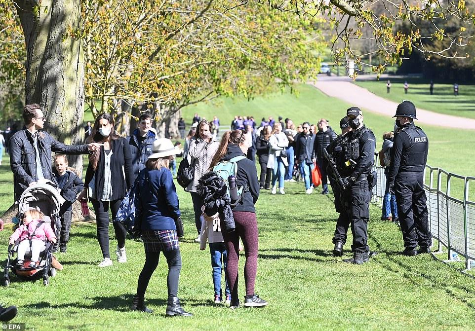 Bên ngoài cung điện, nhiều người dân đứng chờ từ sớm để chào từ biệt Hoàng thân
