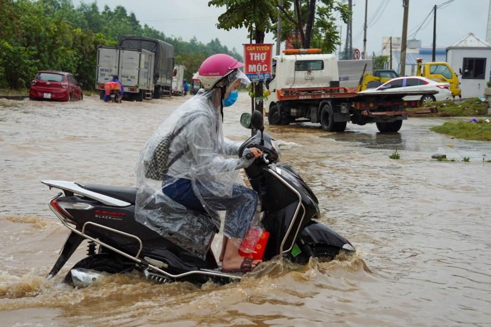 Các phương tiện 'bì bõm lội nước, di chuyển rất khó khăn