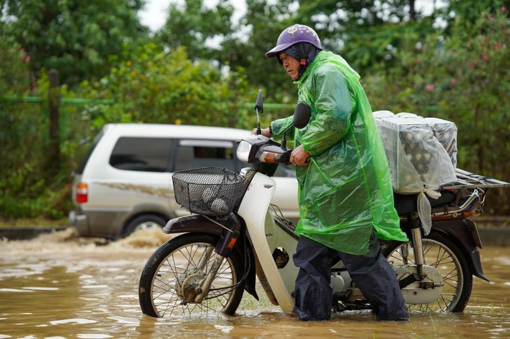 Nhiều xe máy bị chết máy , giải pháp tốt nhất người tham gia giao thông chọn là dắt xe cố gắng vượt qua vùng nước sâu, có những đoạn nước ngập sâu tới 1m.