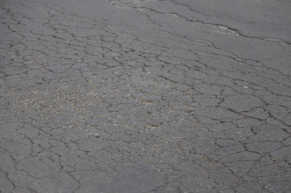 Giải thích về vấn đề này, đơn vị thi công cho biết, trong quá trình nhà thầu đào đất xuống để thi công tường chắn với chiều sâu hơn 3m so với mặt đường cũ, các phương tiện xe trọng tải nặng vẫn đang hoạt động trên tuyến đường này nên xảy ra tình trạng nứt mặt đường.