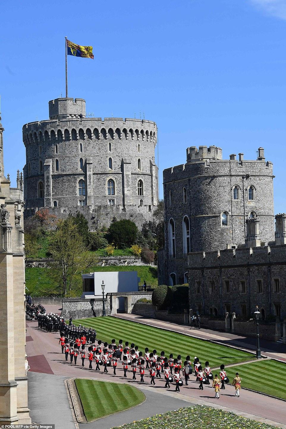 Binh sĩ tiến vào lâu đài Windsor, mở đầu đoàn rước linh cữu Hoàng hân Philip