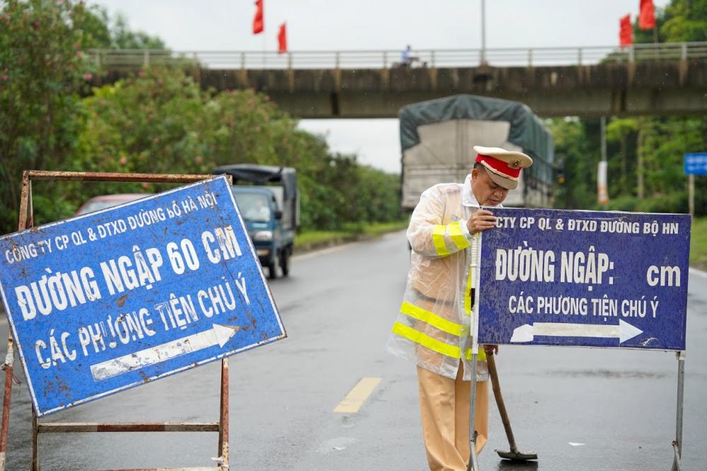 Lực lượng chức năng và các xe cứu hộ luôn túc trực để đảm bảo công tác an toàn , hỗ trợ các phương tiện tham gia giao thông