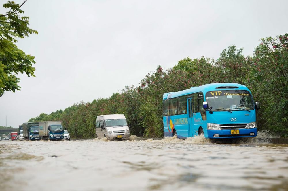 Đoạn đường gom của Đại lộ Thăng Long ngập sâu do mưa lớn