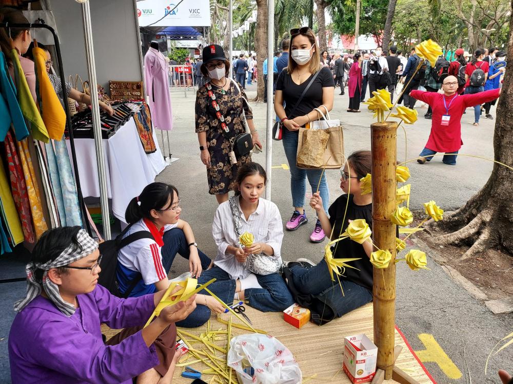 Sinh viên Đại học Khoa học Xã hội và Nhân văn TPHCM mang những nét văn hóa Việt Nam đến Lễ hội Việt - Nhật.