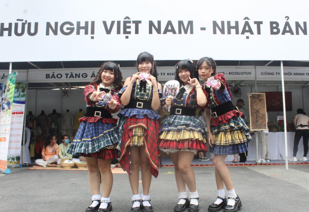 Nhóm Idol nữ NiJi - theo phong cách các nhóm Idol nữ của Nhật Bản - chuyên biểu diễn trong các lễ hội giao lưu văn hóa giữa hai nước.