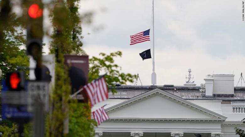 Một lần nữa, Nhà Trắng lại treo cờ rủ