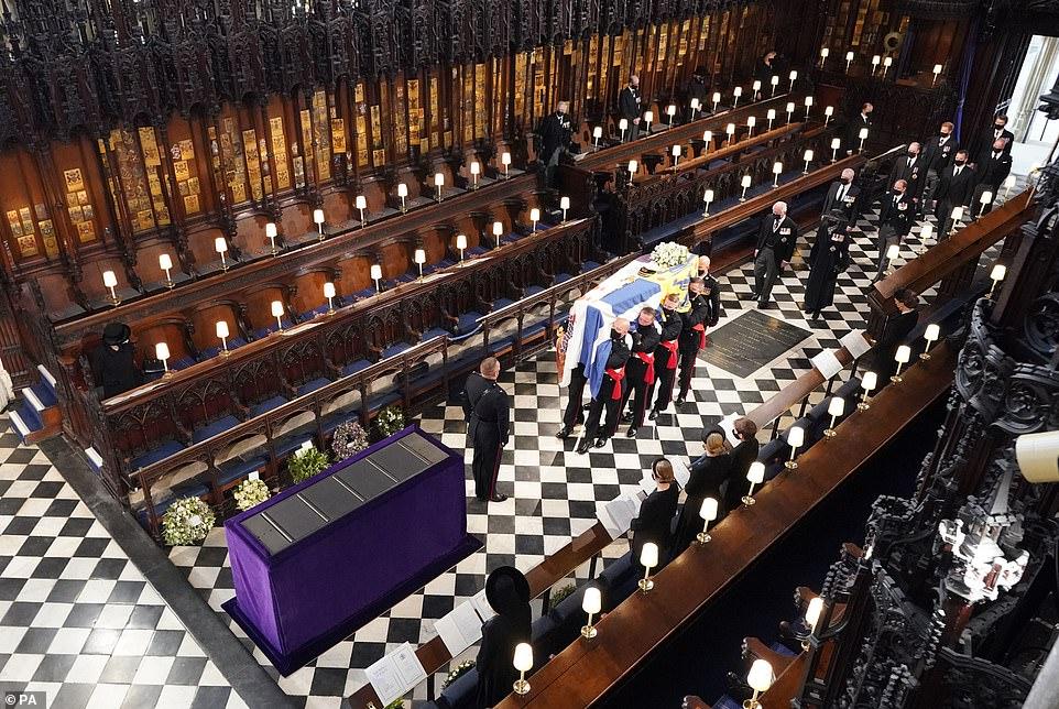 Quan tài và các thành viên hoàng gia đến nhà nguyện St George ở Lâu đài Windsor