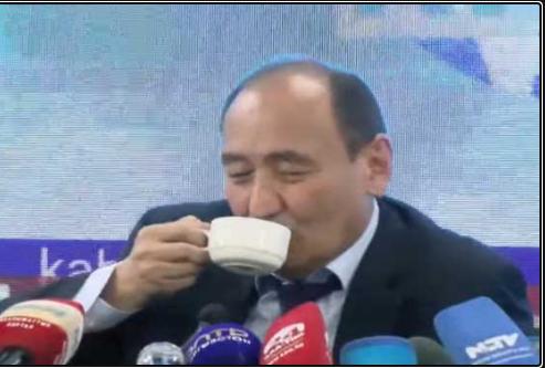 Bộ trưởng Y tế Kyrgyzstan - Alymkadyr Beishenaliyev đã uống một dung dịch được làm từ rễ cây