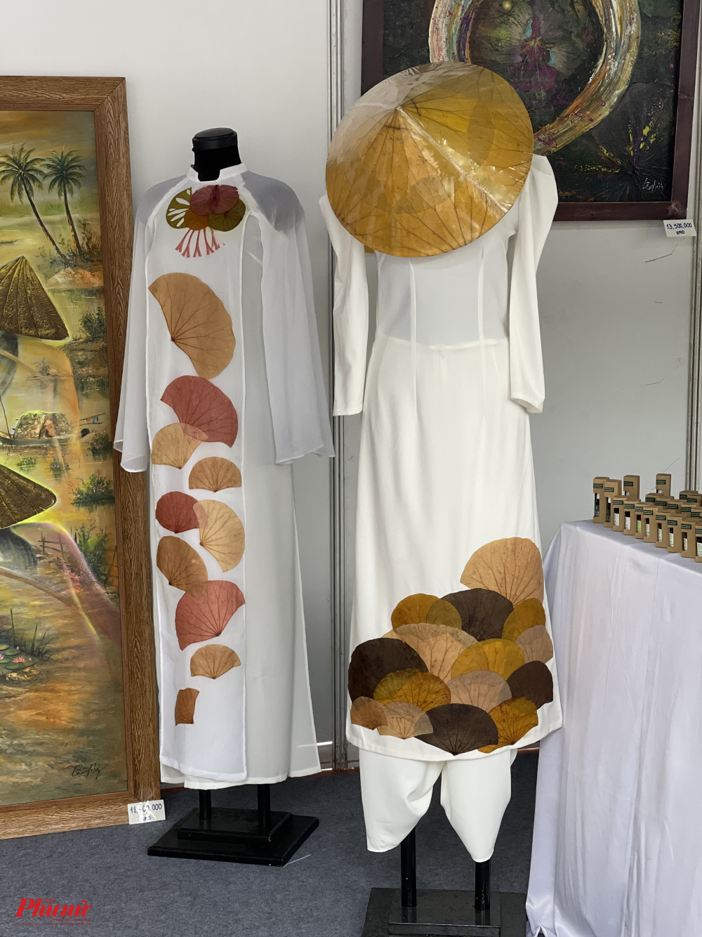 Áo dài đính lá sen được trưng bày trong khuôn khổ lễ hội.
