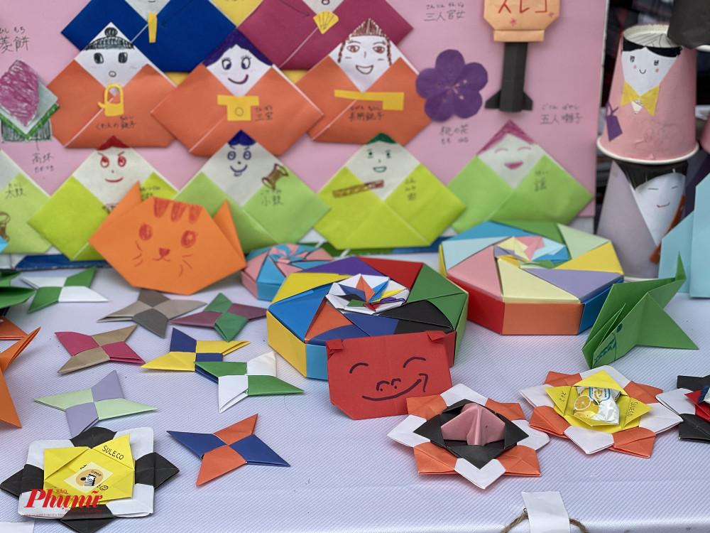 Một số sản phẩm kỳ công, đầy màu sắc được trưng bày khiến người xem thích thú.