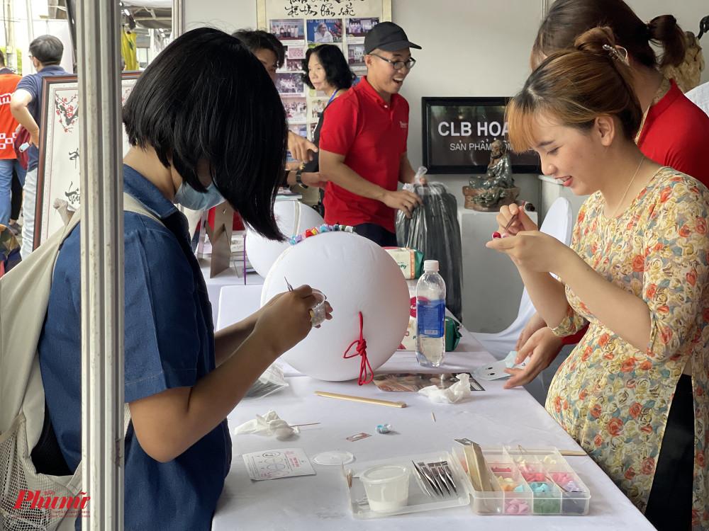 Các bạn trẻ được hướng dẫn làm hoa, gấp giấy theo phong cách Nhật Bản.