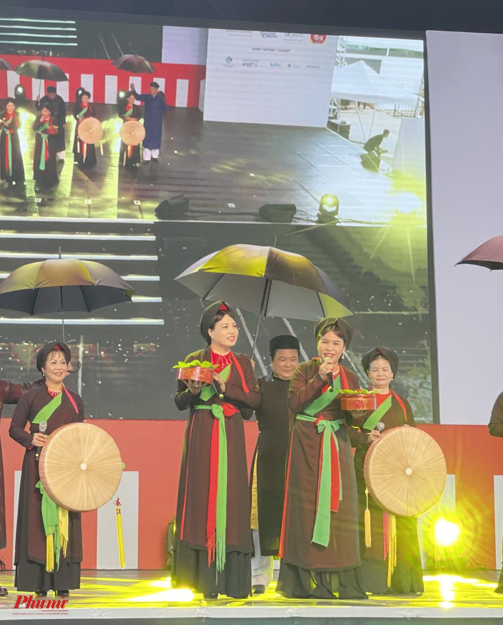 Sáng 17/4, Lệ hội văn hoá Việt Nhật diễn ra tại TPHCM, quy tụ nhiều người dân tham gia. Nhiều hoạt động, nét văn hoá mang đậm dấu ấn truyền thống Việt Nam đã được giới thiệu tại đây. Trong đó, tại sân khấu chính, khách tham quan có dịp được nghe quan họ Bắc Ninh giữa lòng Sài Gòn.