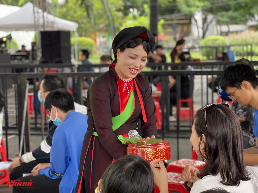 Ngay tiết mục đầu tiên, khán giả được một liền chị mời trầu theo đúng văn hoá của người quan họ. Cầm miếng trầu têm cánh