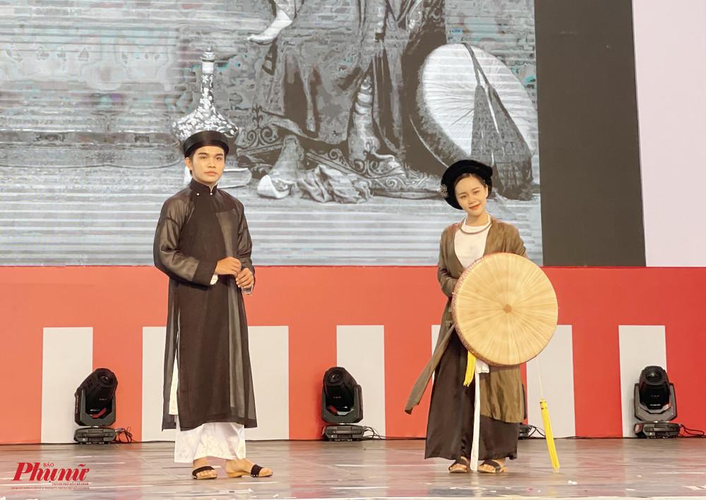 Cũng tại đây, khán giả được nhìn lại lịch sử trăm năm của áo dài trong một tiết mục trình diễn chỉ vỏn vẹn vài phút.