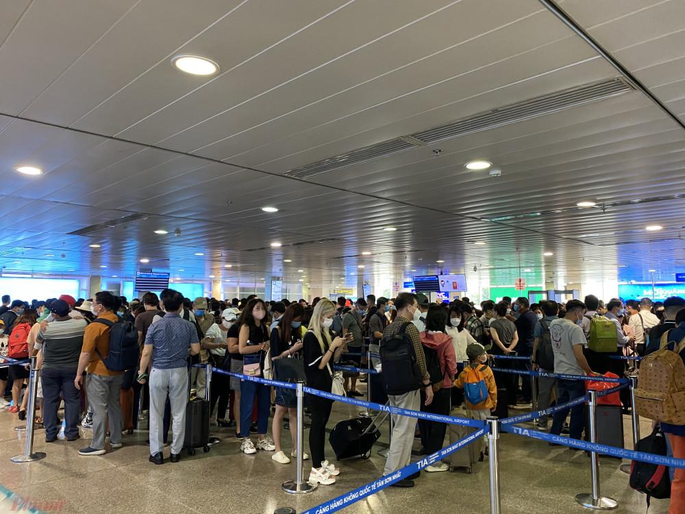 Khu vực soi chiếu an ninh tại sân bay Tân Sơn Nhất sáng 16/4. Ảnh: Quốc Thái
